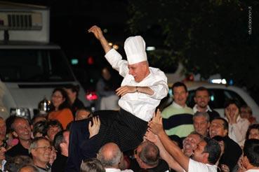 Lo chef Incrocci festeggiato a Luco, dopo la grande cena del luglio 2011. (Foto Studio Bonon)