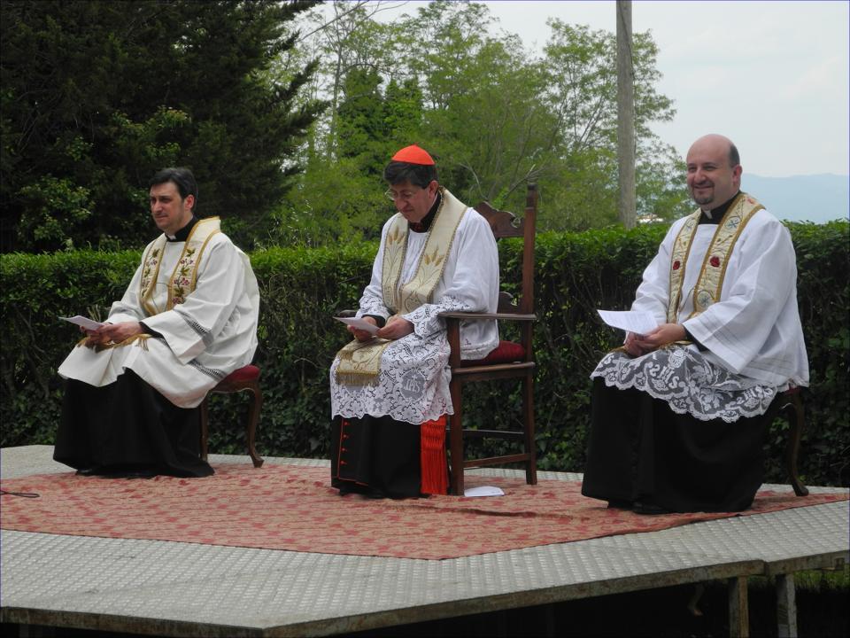 A sinistra del Cardinal Betori Don Pifizzi, a destra Don Guerri, durante la visita pastorale a Barberino