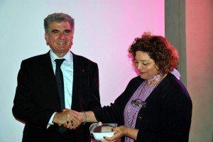 Roberto Nocentini consegna simbolicamente la donazione di carne alla rappresentante della Caritas di Borgo San Lorenzo