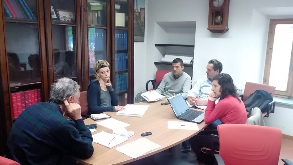 Leonardo Borchi (di spalle), con Camilla Santi, Riccardo Impallomeni, Mario Polidori e Laura Nencini