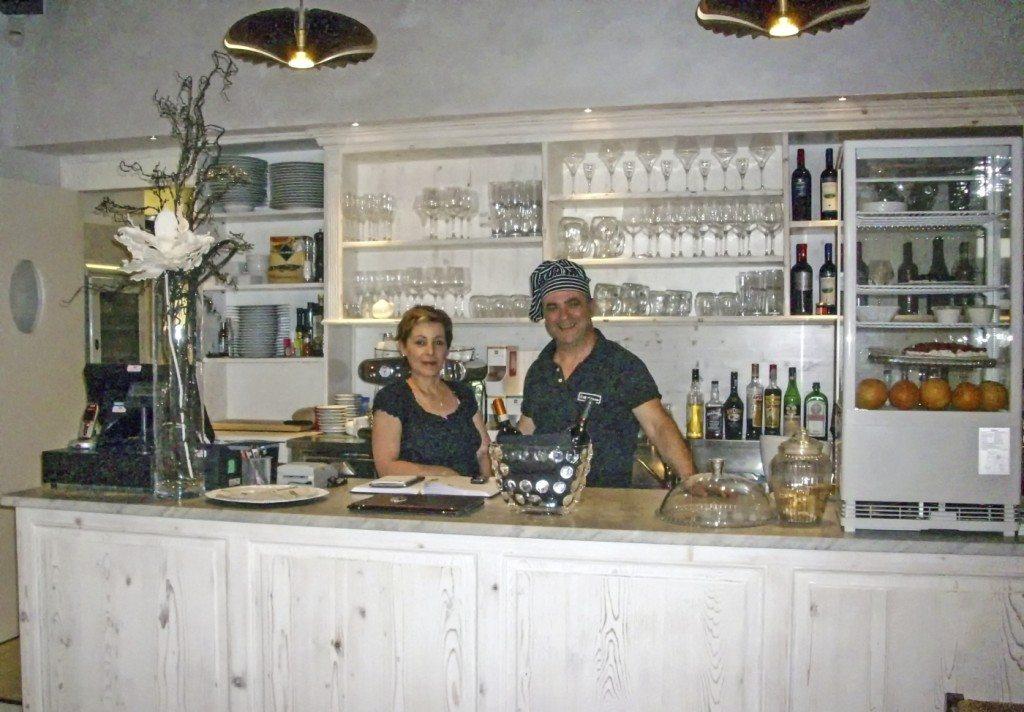 """Rosi e Vito Lomonaco al bancone del ristorante """"Il Golosone"""""""