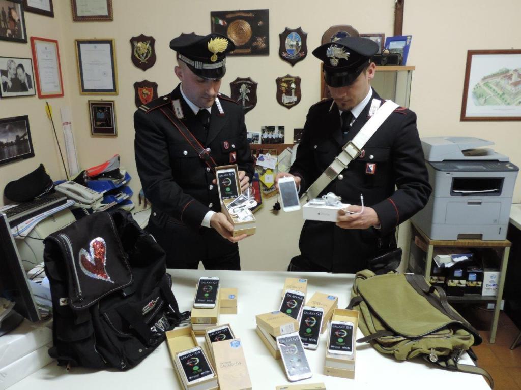 I Carabinieri con gli smartphone contraffatti