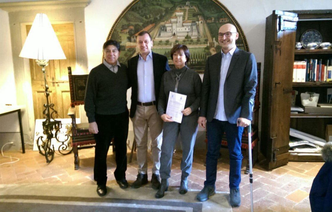 I sindaci Ignesti e Mongatti insieme ai coniugi Lowenstein dopo la firma della lettera d'intenti