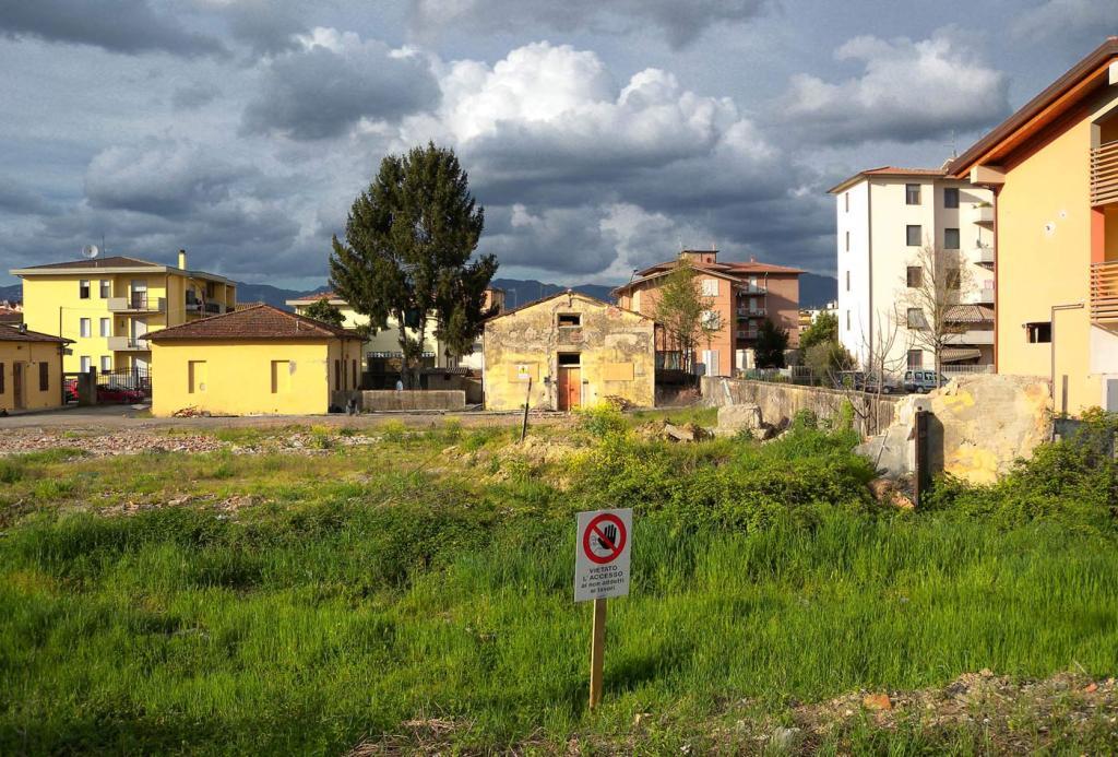 L'area ex-macelli a Borgo San Lorenzo nel 2009, prima dell'avvio dei lavori di costruzione
