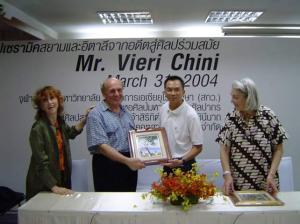 Vieri Chini, direttore artistico della Ceramiche Pecchioli a Borgo San Lorenzo, premiato in Thailandia