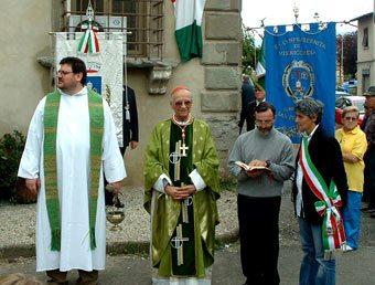 Don Luca Niccheri, quando era pievano di San Piero a Sieve, insieme al Card. Silvano Piovanelli e al sindaco Alessia Ballini