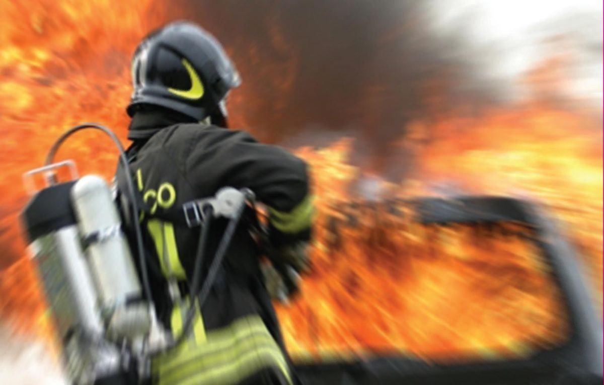 Vigile del fuoco in azione - foto di repertorio