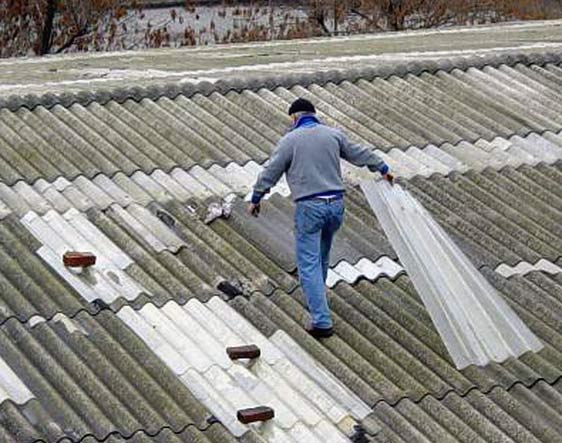 (Foto di repertorio: uomo che lavora sul tetto di un capannone)