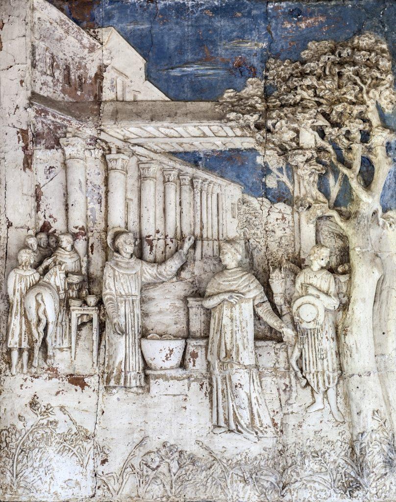 """La ceramica di """"San Bonaventura"""", mentre, intento a lavare le stoviglie, riceve le insegne cardinalizie. Una rappresentazione ricca di particolari. I messi papali che consegnano le insegne, la pila in pietra con i piatti (ancor oggi esistente nel convento), il corniolo (alberello ove vennero appese le insegne), il loggiato. (foto di Andrea Lapi © - riproduzione vietata)"""