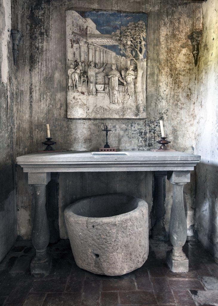 La cappella dedicata a San Bonaventura, l'altare, la terracotta invetriata di Padre Eduardo Rossi, la pila usata per la lavatura delle stoviglie. (foto di Andrea Lapi © - riproduzione vietata)