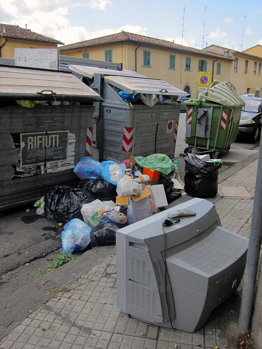 cassonetti-borgo-discarica