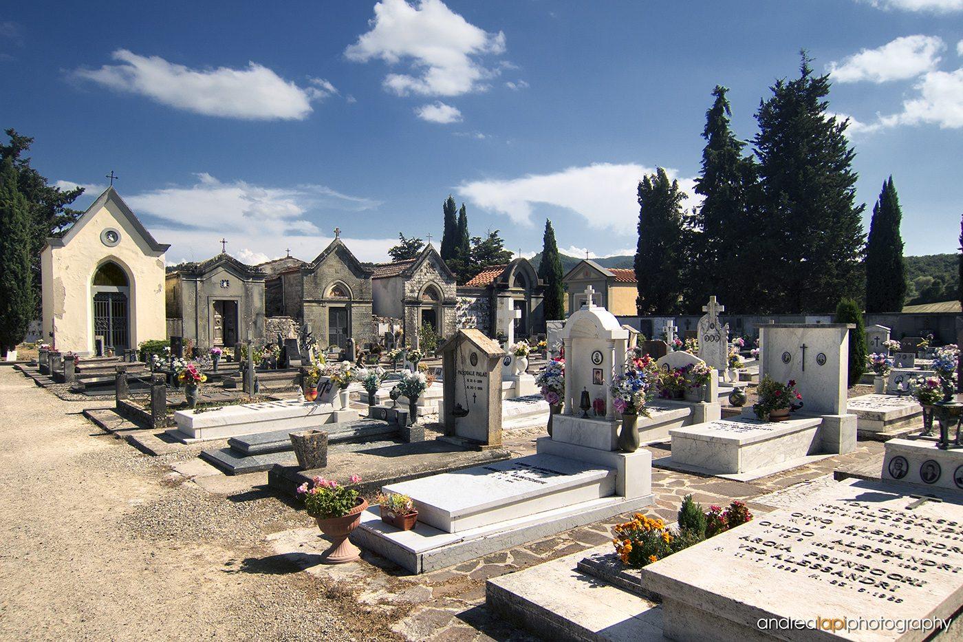 un cimitero con le lapidi