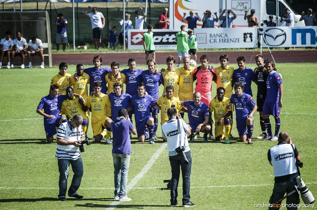 13/8/2011 - Le formazioni della Fiorentina e della Fiorentina primavera posano insieme per la foto di gruppo prima della partita, al campo sportivo di San Piero a Sieve