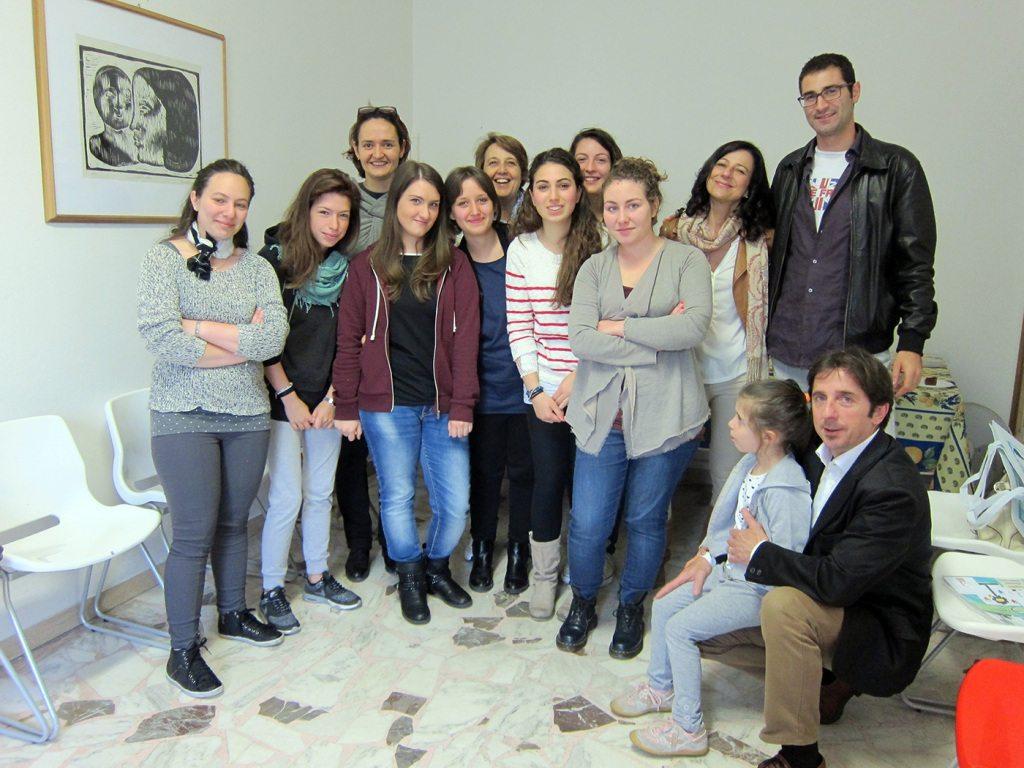 Una parte dei volontari del Progetto Accanto nella sede del Punto Famiglia