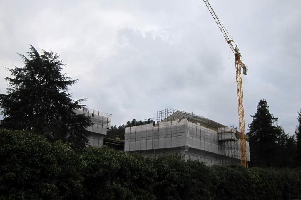 I lavori al tetto della villa di Cafaggiolo