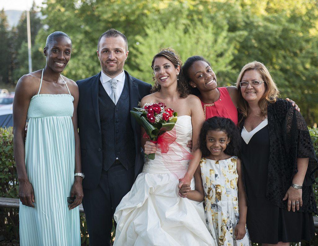 Gli sposi con una invitata... VIP... Fiona May con le due figlie Larissa e Anastasia