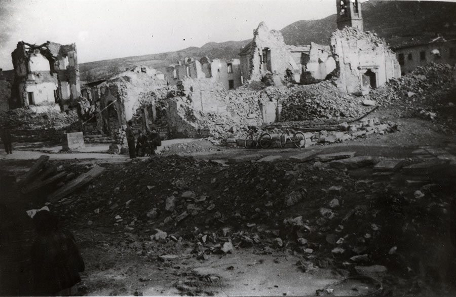 Firenzuola distrutta, in primo piano i crateri delle bombe