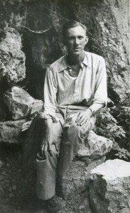 Il pilota americano Harry George davanti alla grotta dove trovò rifugio