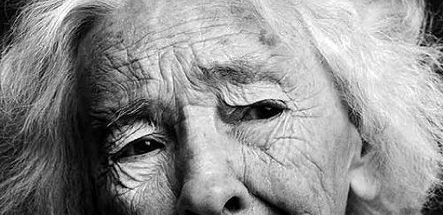 donna-anziana-triste