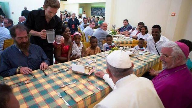 papa-francesco-pranza-con-i-poveri