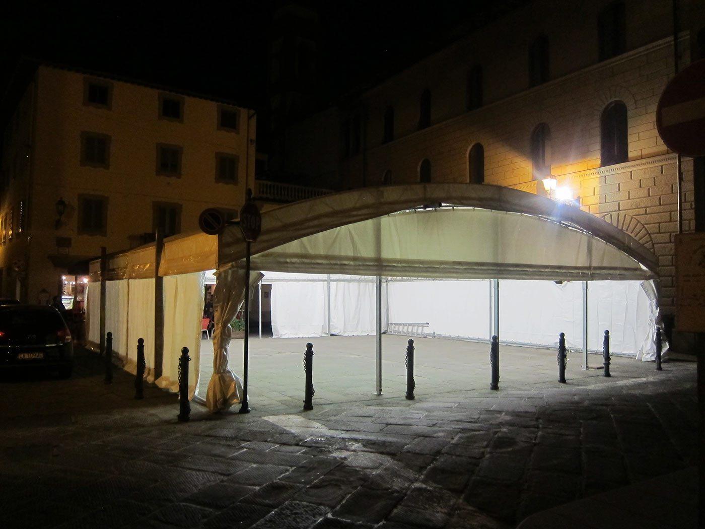 Piazza Garibaldi a Borgo San Lorenzo, con il tendone e la luce sempre accesa