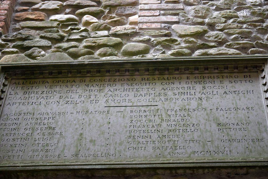 La lapide che ricorda i nomi delle maestranze che realizzarono i restauri del Cast