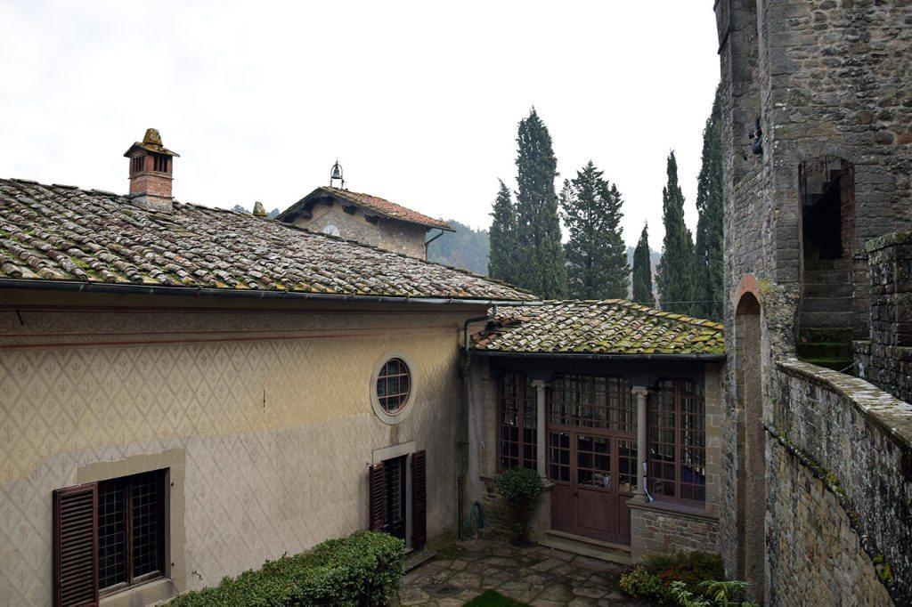 La corte interna del Castello, vista dal camminamento delle mura