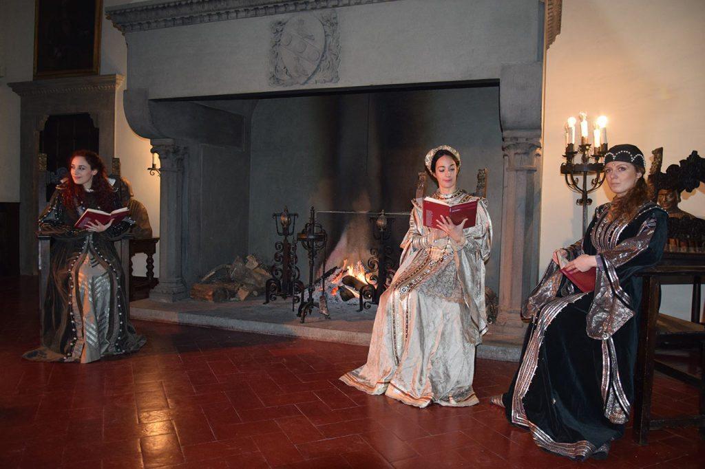 Nel salone del Castello, gli attori di Catalyst leggono una novella del Voccaccio