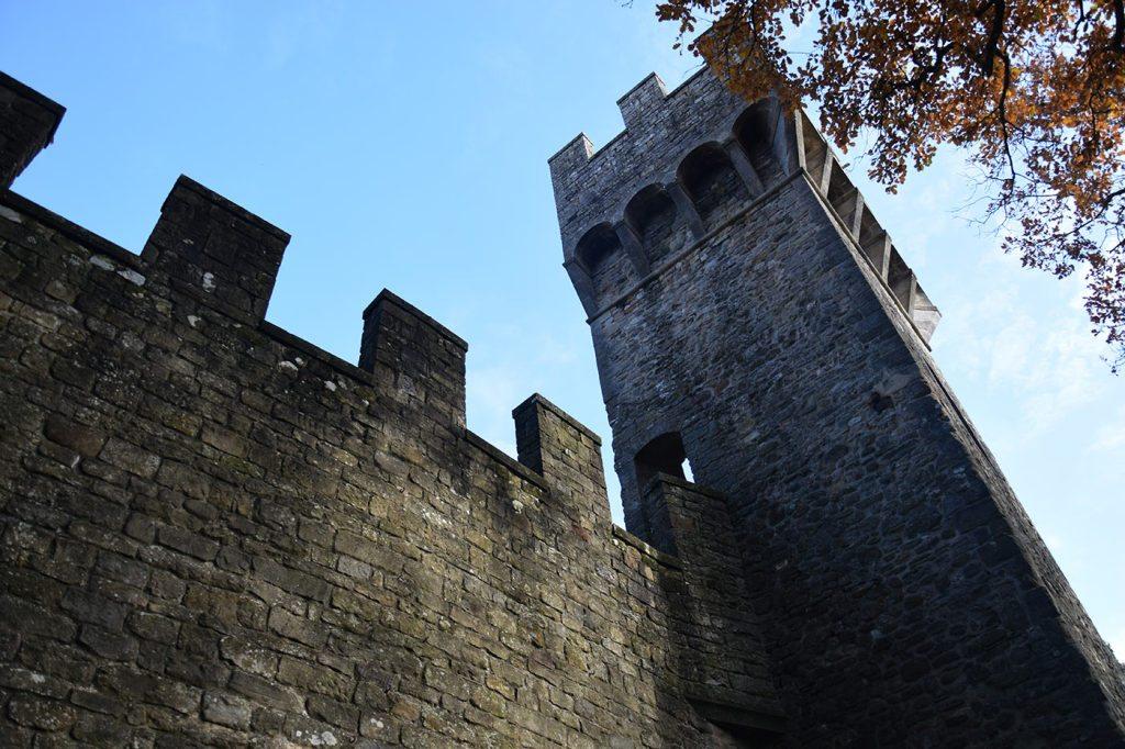 Vista del Castello, dal vialetto che costeggia le mura
