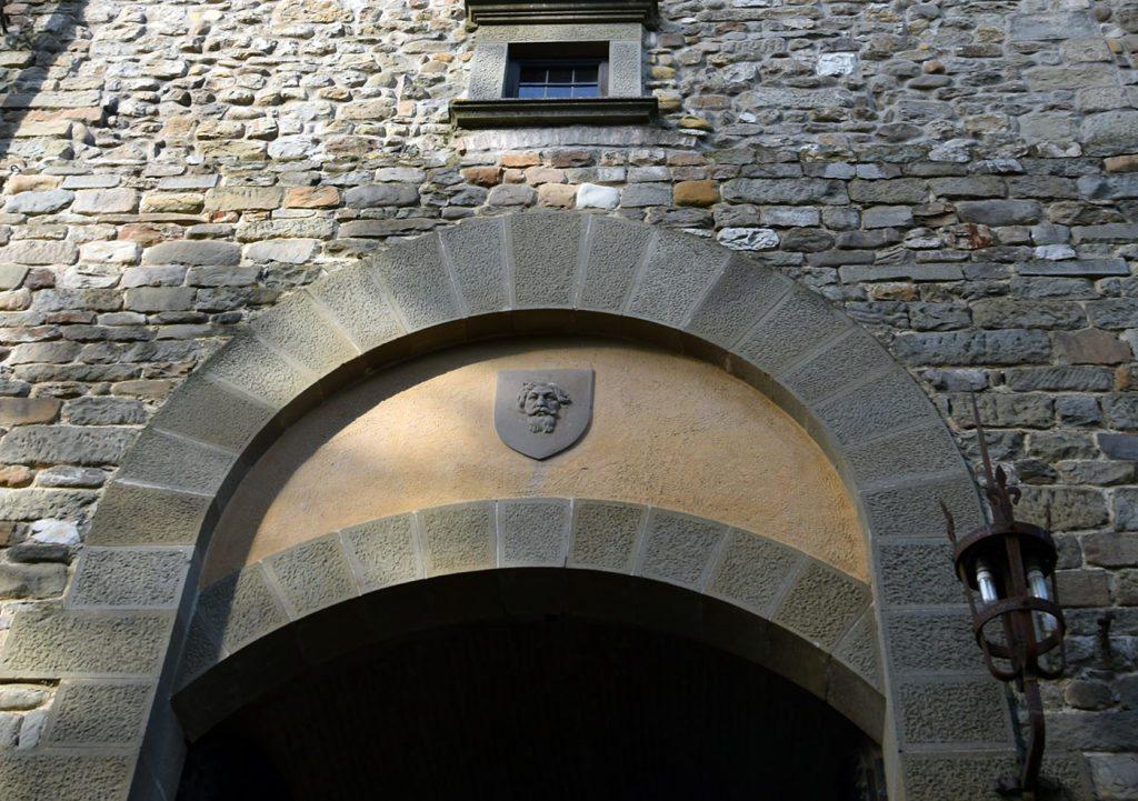 L'ingresso, con lo stemma di Barberino
