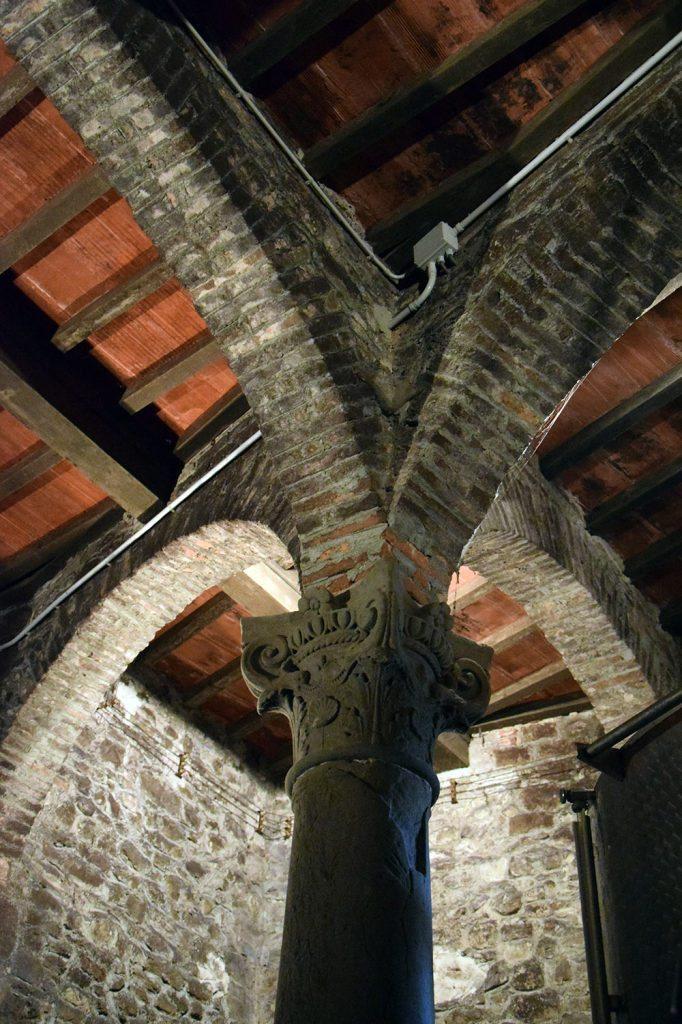 Un antico e prezioso capitello all'interno della cantina del Castello