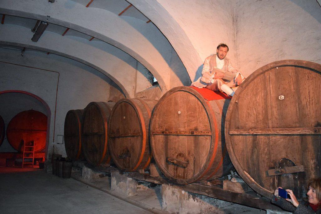 Si recita Bartolomeo Corsini nella cantina del Castello