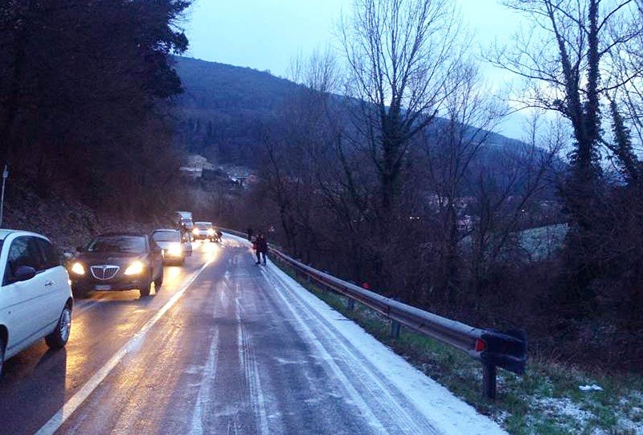 nevicata-16-gennaio-ghiaccio-strada-2