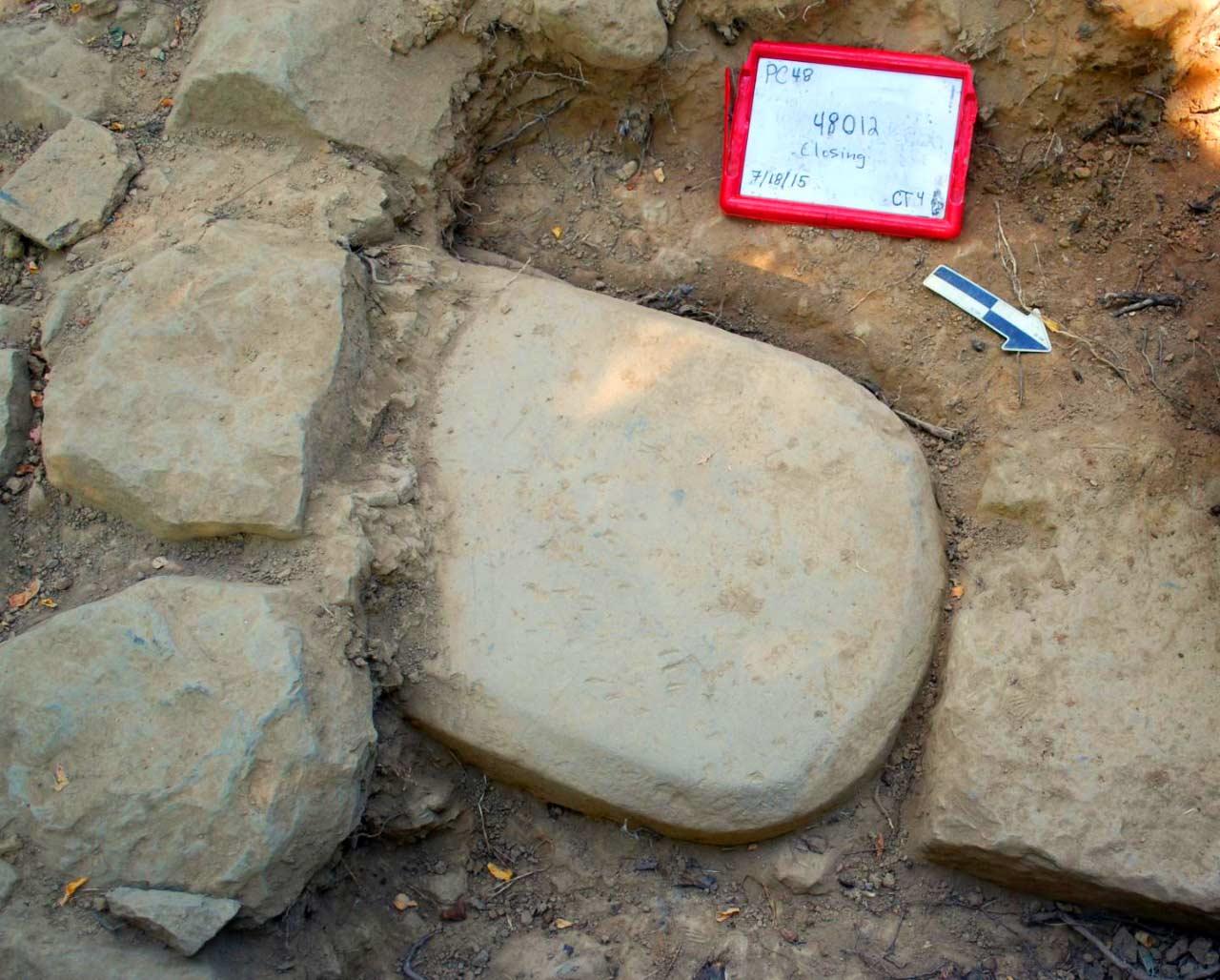 La stele rinvenuta nel basamento di un muro