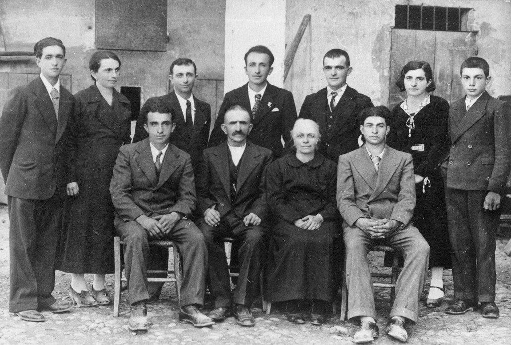 Una foto di gruppo della famiglia Cervi