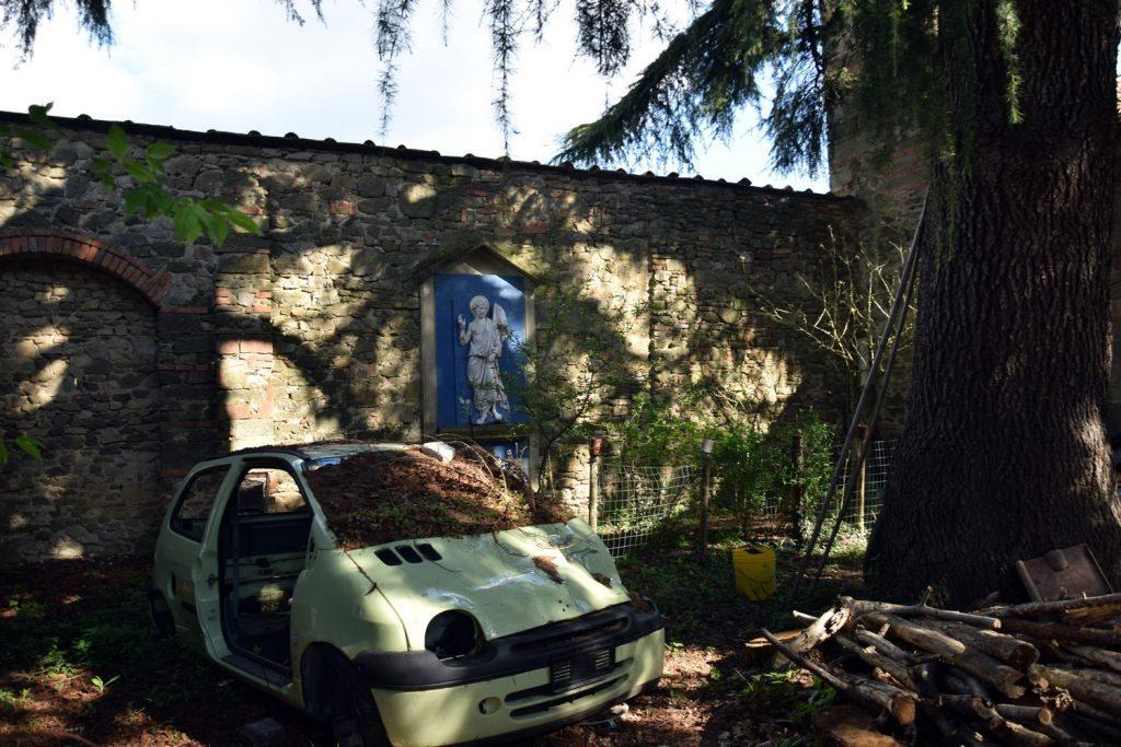 Accanto alla chiesa di Campestri, un rottame di auto e tanto degrado