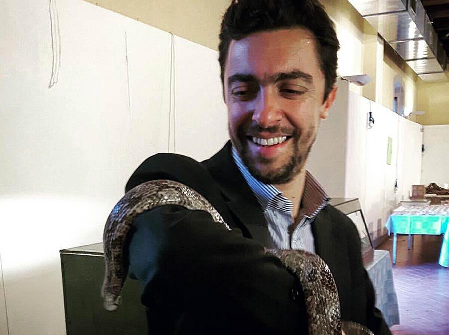 Il vicesindaco di Borgo Enrico Paoli con un serpente del Mugello Wild