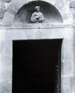 Il luogo dove era collocato il San Lorenzo di Donatello (foto della Pieve, prima del terremoto del 1919)