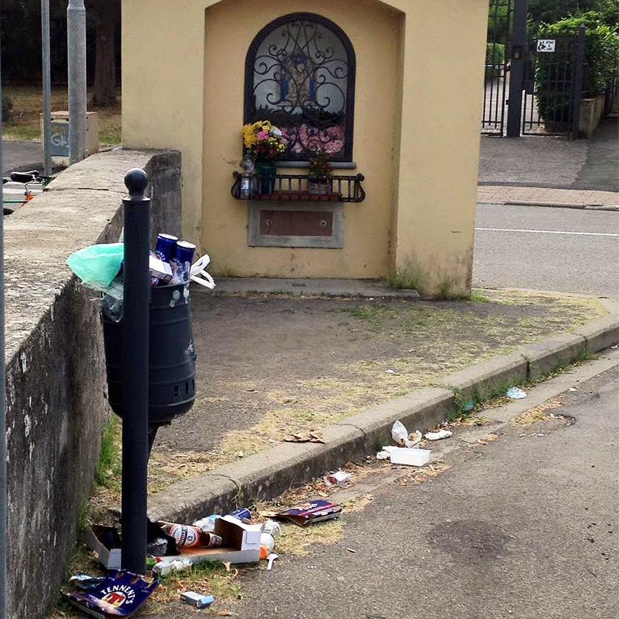 rifiuti davanti al tabernacolo sulla Carza a San Piero a Sieve