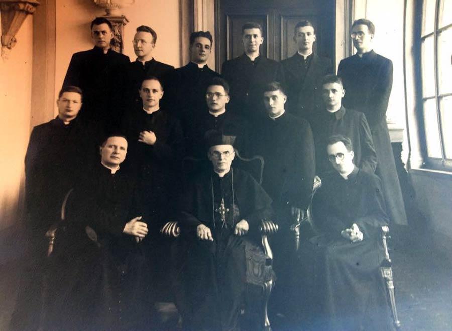 Nella foto, datata 1947, presso il Seminario maggiore a Firenze, si riconoscono don Lorenzo Milani, don Silvano Piovanelli, don Renzo Paoli, don Corsinovi e il Cardinale Dalla Costa
