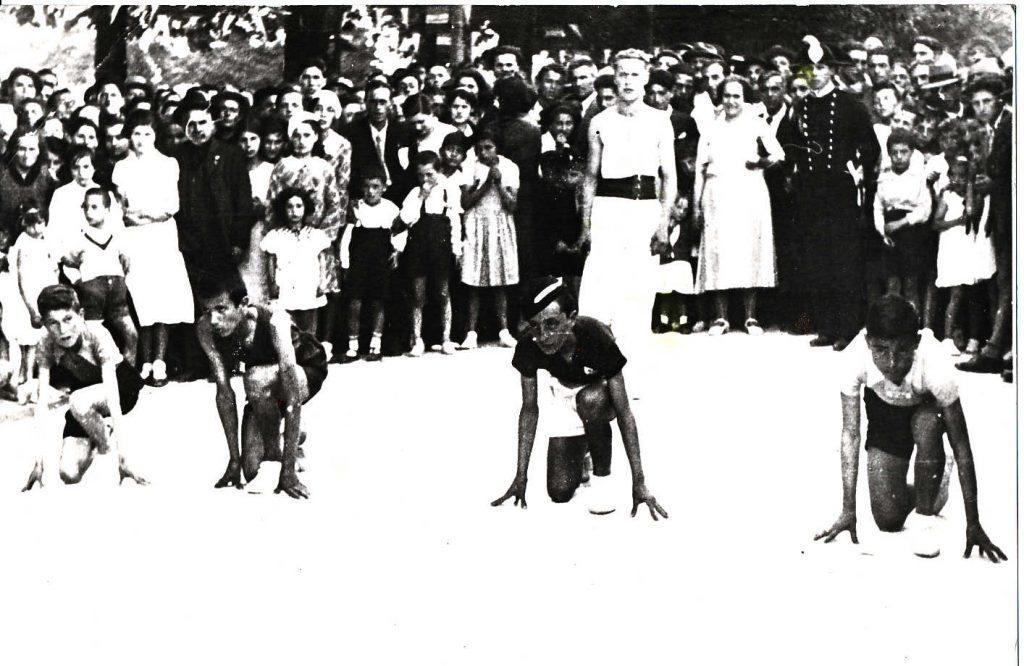 10 agosto 1934. Festa del patrono San Lorenzo. Una gara sportiva di atletica leggera in occasione delle feste rionali in piazza Dante. Sul dietro, vestito in bianco, l'istruttore Ivan di Salvo