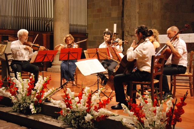 Il sestetto con Andrea Tacchi, il primo a sinistra, in concerto nella Pieve di Borgo San Lorenzo