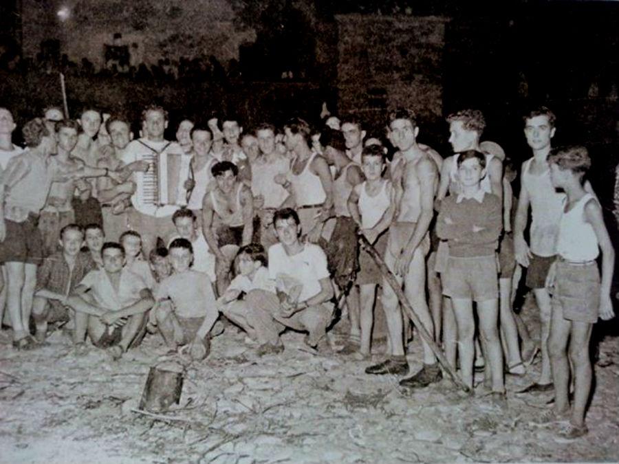 """Un folto gruppo di dicomanesi fotografato durante i """"Fuochi di Santa Maria"""" del 1952"""
