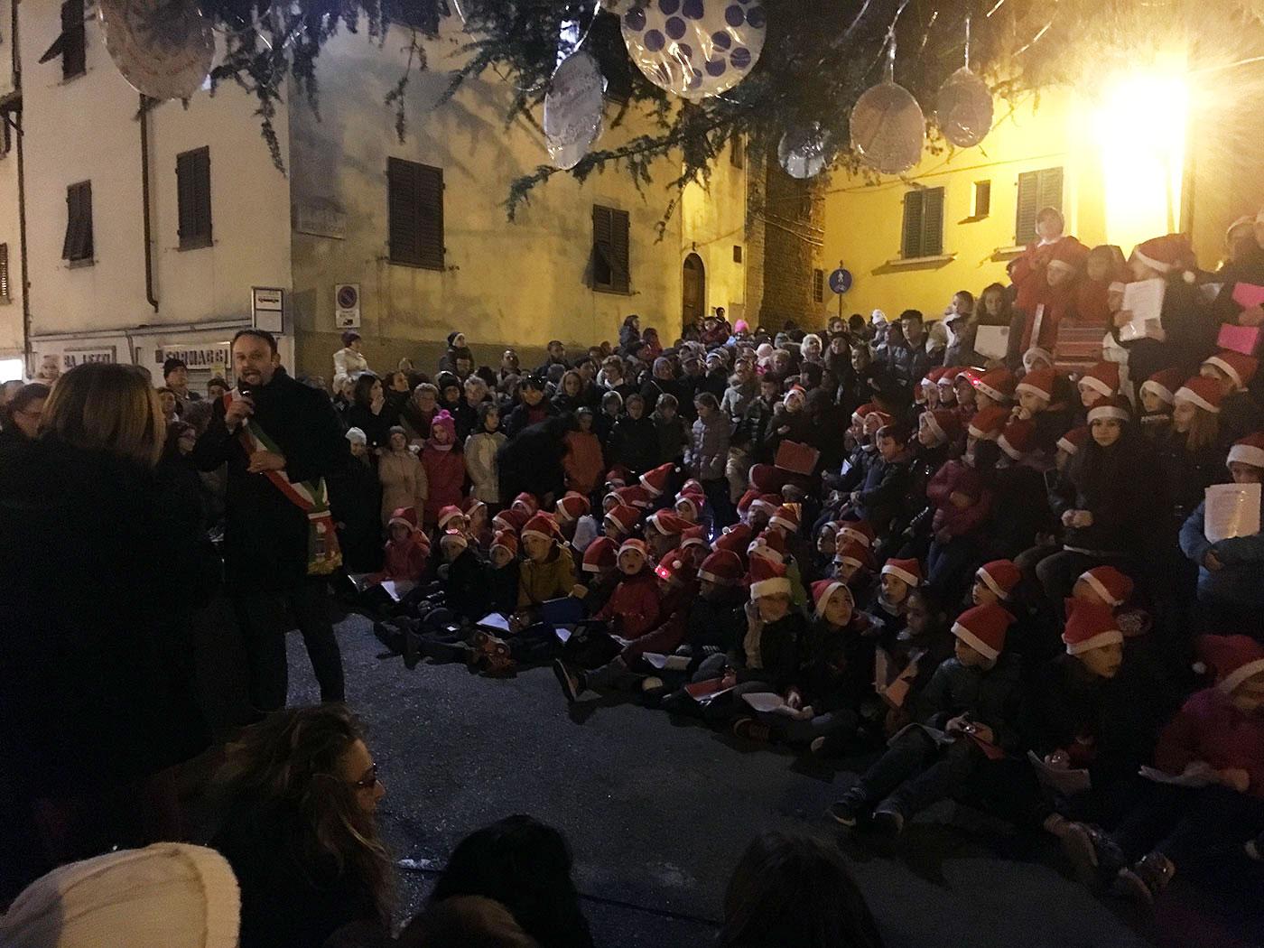 piazza-del-poggio-accensione-albero-2016-1