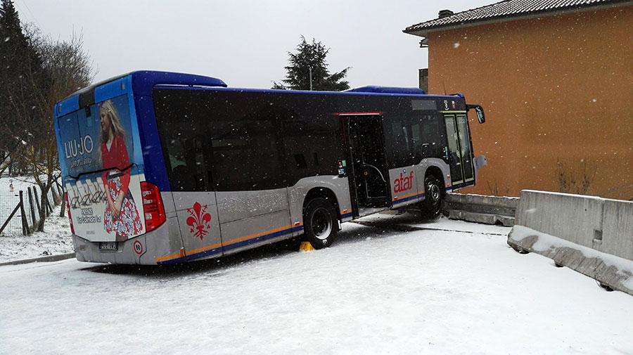 autobus-ataf-neve-sbandato-1