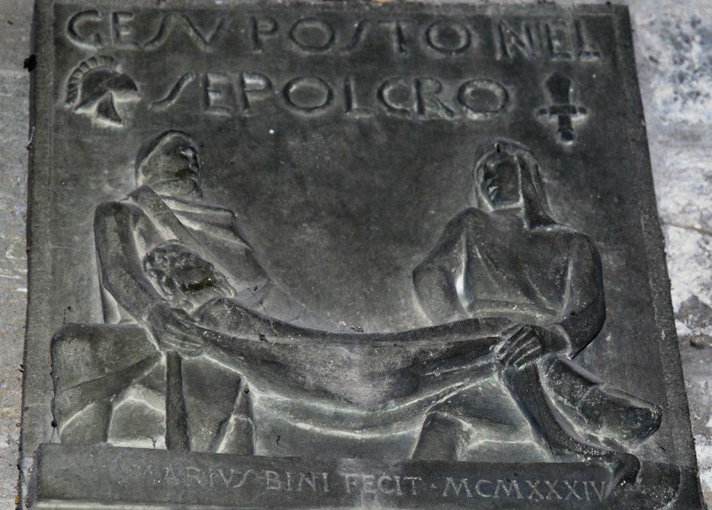 Una formella della Via Crucis di Mario Bini, nella Pieve di Faltona