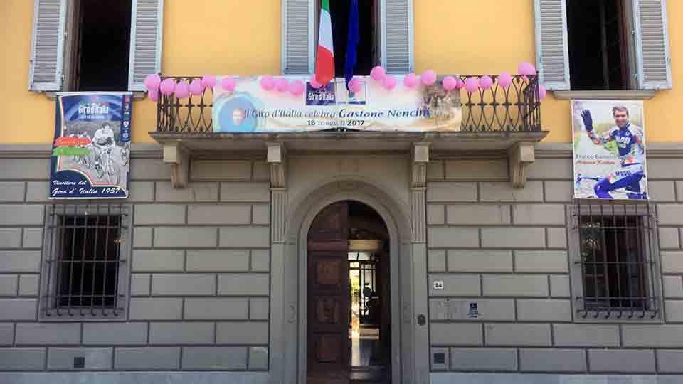 Il Comune di Barberino addobbato per il Giro d'Italia