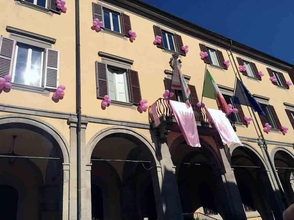 Il comune di Marradi decorato a palloncini rosa