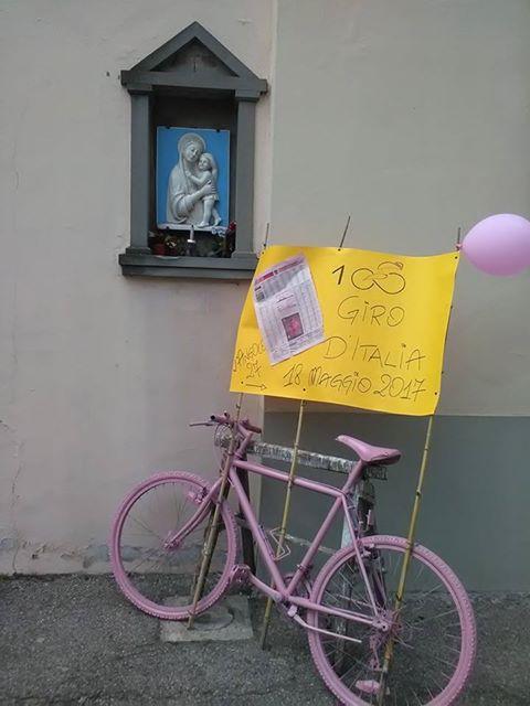 A Barberino la bicicletta rosa dell'Angolo 27 aspetta il passaggio del Giro