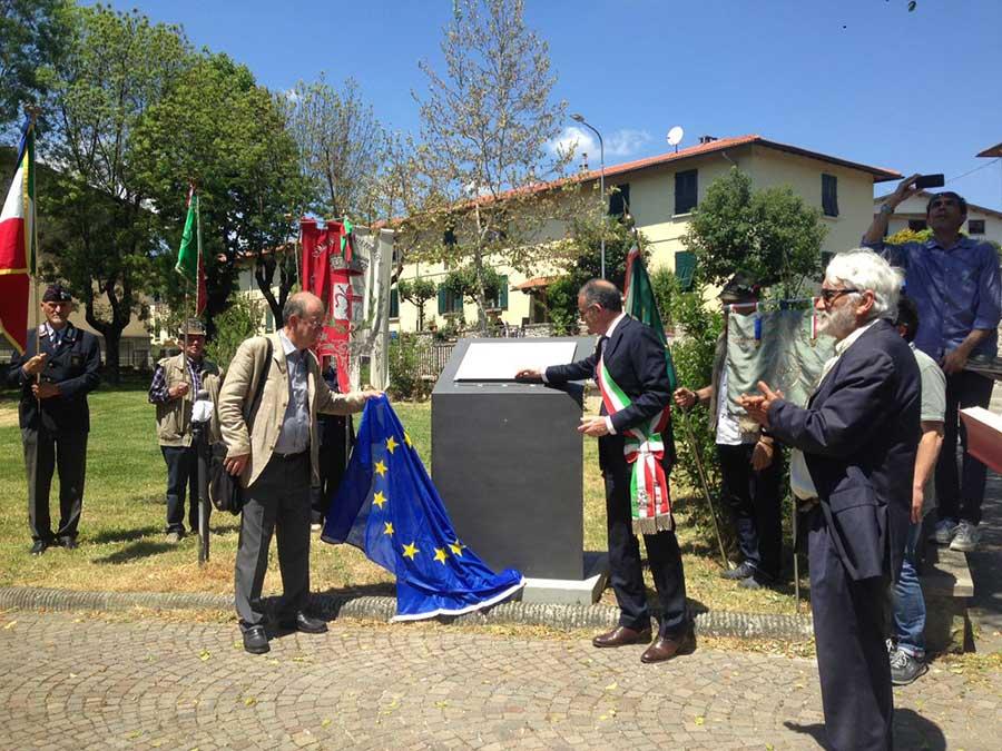 """il monumento in ferro con la lapide in pietra serena: """"Giardino della Memoria per la Pace in ricordo dei Firenzuolini deportati nei Lager Nazisti""""."""